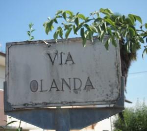 Heel wat Taurianesi vertrokken naar Nederland. Een straatnaam in het dorp herinnert daaraan...