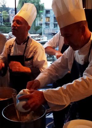 Koks uit Novara bereiden risotto met Gorgonzola in het Hilton Amsterdam