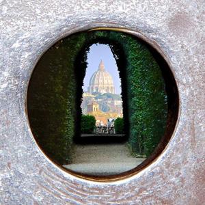 Bijzonder uitzicht in Rome op de St. Pieter. Copyright Panoram Italia Magazine