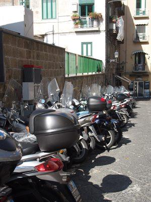 Overal vind je speciale parkeerplekken voor je scooter