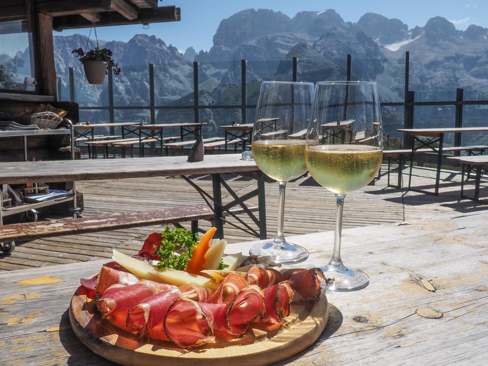 Aperitief bij terrazza panoramica bij Rifugio Doss del Sabion © Claudia Zanin