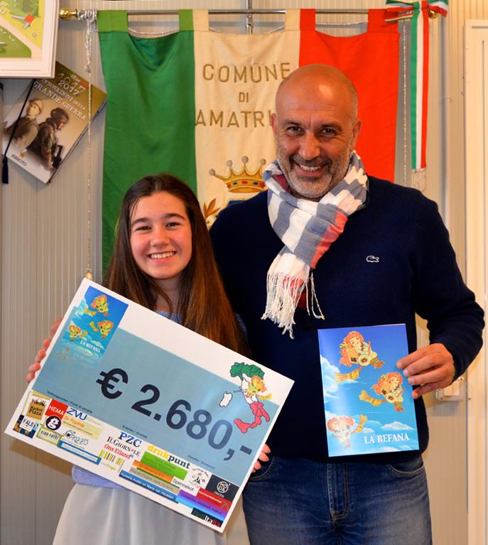 Elisa Wobben overhandigt de eerste checque aan de burgemeester Perozzi van amatrice