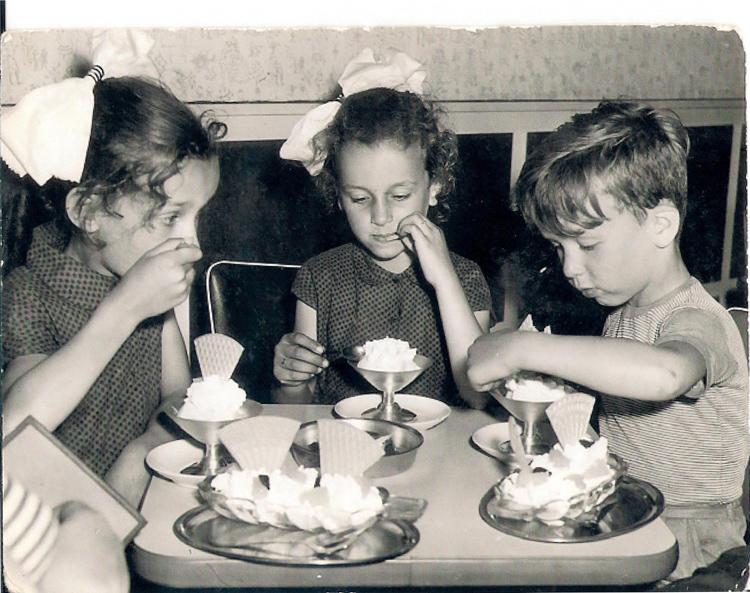 Ijsjes eten in de jaren zestig